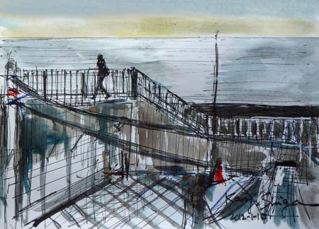 神奈川県・大磯漁港の堤防を歩く人