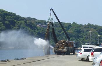 藤沢市・片瀬漁港での漁網の洗浄