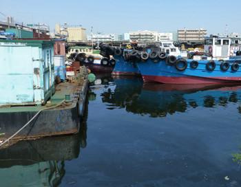 横浜・貯木場のタグボート