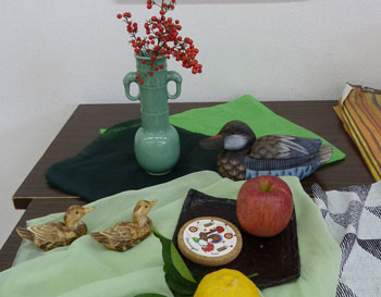 静物画・鳥の置物とリンゴ