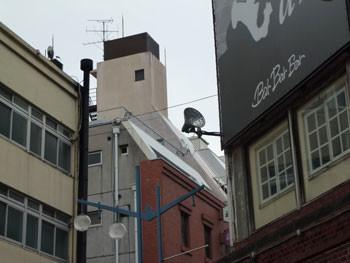 横浜市・レストランBarBarBarの看板とビルの屋上