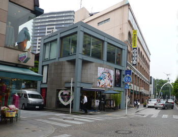 横浜・元町商店街のビル街