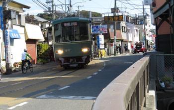 鎌倉・江ノ電腰越駅の電車