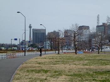 横浜市・赤レンガ倉庫広場と山下公園遠望