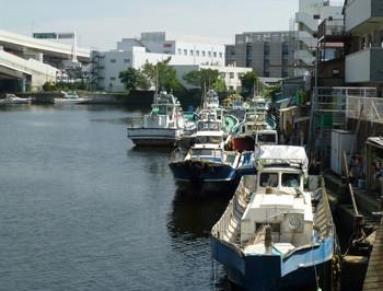 横浜・山下橋東の船