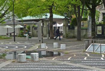 横浜・開港広場とカフェ