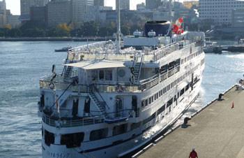 横浜・大桟橋ふ頭に着岸するロイヤルウイング