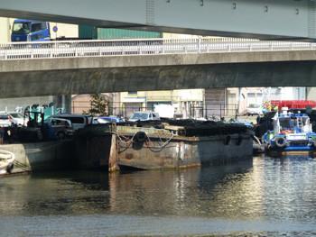 横浜・山下橋東のはしけ船