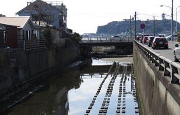 鎌倉・腰越の神戸川と腰越橋