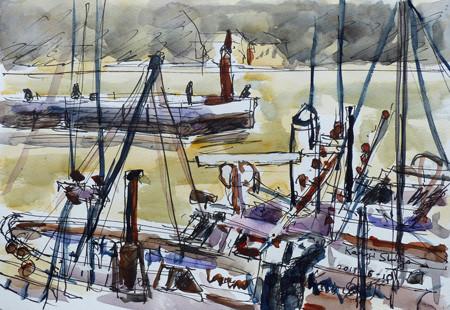 藤沢・片瀬漁港の赤い灯台と漁船
