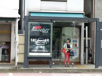 横浜・バスを待つ女性 BUS STOP MOTOMACHI