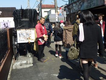 鎌倉市・小町通りの人力車と車夫