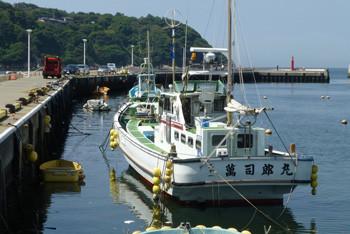 藤沢・江ノ島と片瀬漁港の漁船
