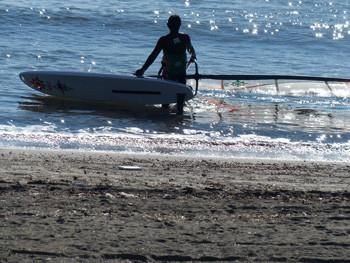 鎌倉・腰越海水浴場のウインドサーフィン