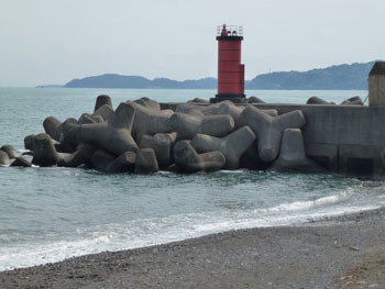 神奈川県・小田原漁港の赤い灯台