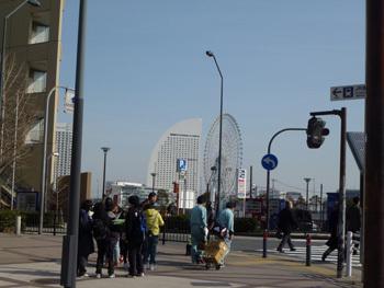 横浜市・コスモワールドの観覧車とコンチネンタルホテル遠望