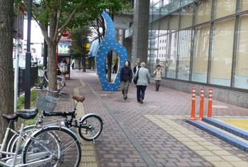 横浜・上大岡駅前のモニュメント