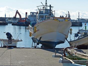 鎌倉・腰越漁港の船揚場から見たしゅんせつ船