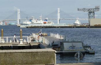 横浜・ぷかり桟橋とベイブリッジ