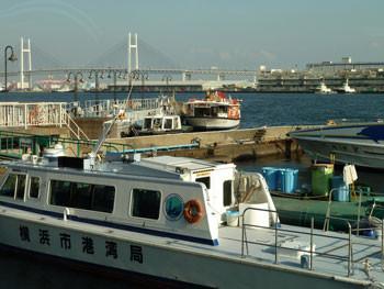 横浜・大桟橋埠頭ビルの桟橋と船