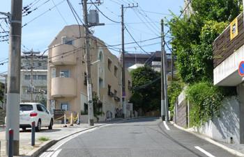 横浜・石川町の大丸谷坂のモダンな建物