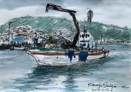 藤沢市・片瀬漁港で網を積んだ漁船