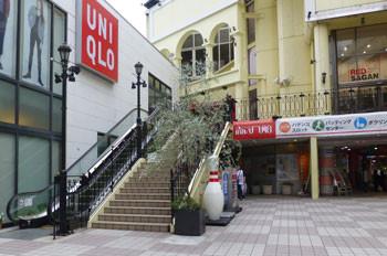 横浜・上大岡のユニクロと赤い風船