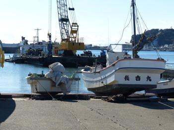 鎌倉・腰越漁港の船揚場から観たクレーン船