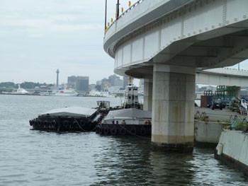 横浜市・コットン大橋と艀(はしけ)