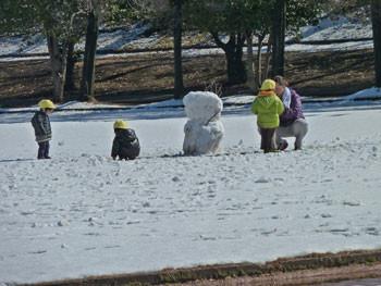 藤沢市・体育センターで遊ぶ幼児達と雪だるま