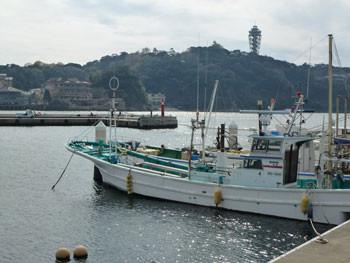 藤沢市・片瀬漁港の漁船と江ノ島