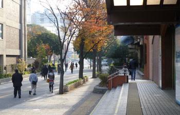 横浜・関内駅を出て通勤する人々