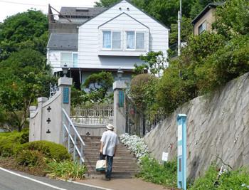 横浜・イタリア山庭園のブラフ18番館の門と民家