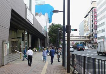 横浜・上大岡駅前