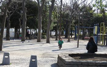 藤沢・引地川緑道で遊ぶ子供
