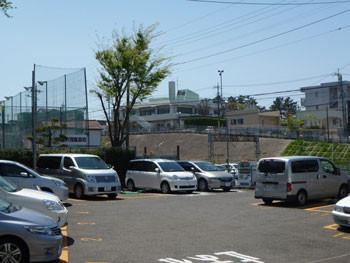 藤沢市・駐車場と善行公民館(遠望)