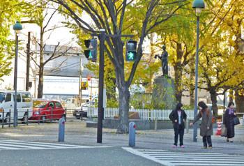 横浜・シルクセンターの彫刻「絹と乙女」