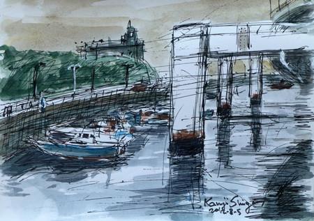 横浜・山下橋付近の高速道路と船