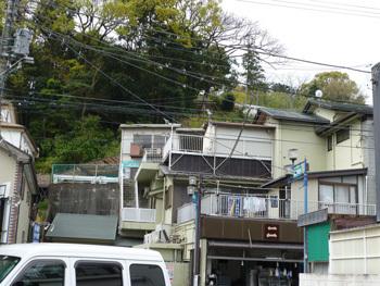 神奈川県・真鶴町の駅前通りの家々
