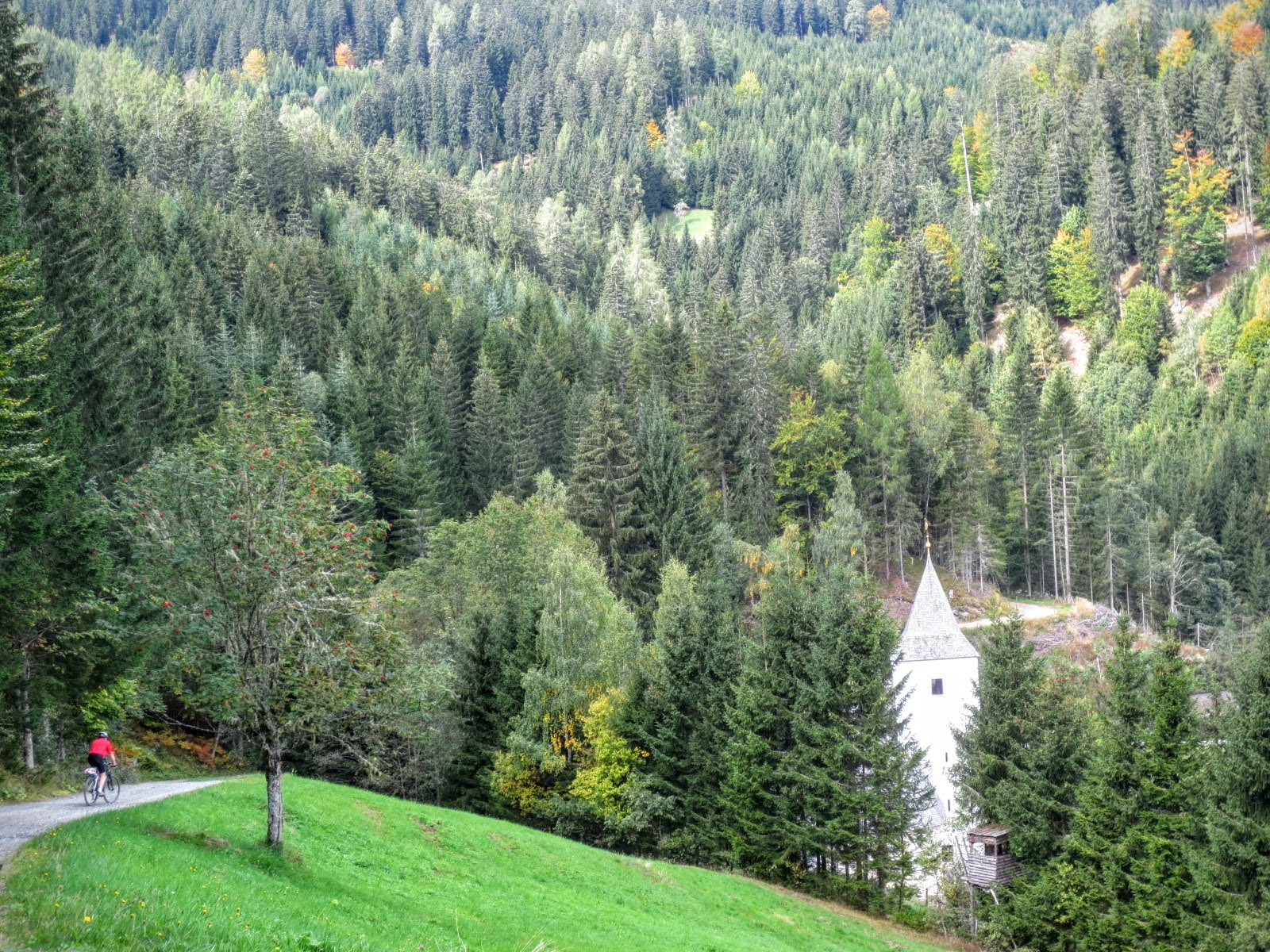 Mitten im Wald taucht plötzlich das ehem. Alpenbad St. Leonhard auf