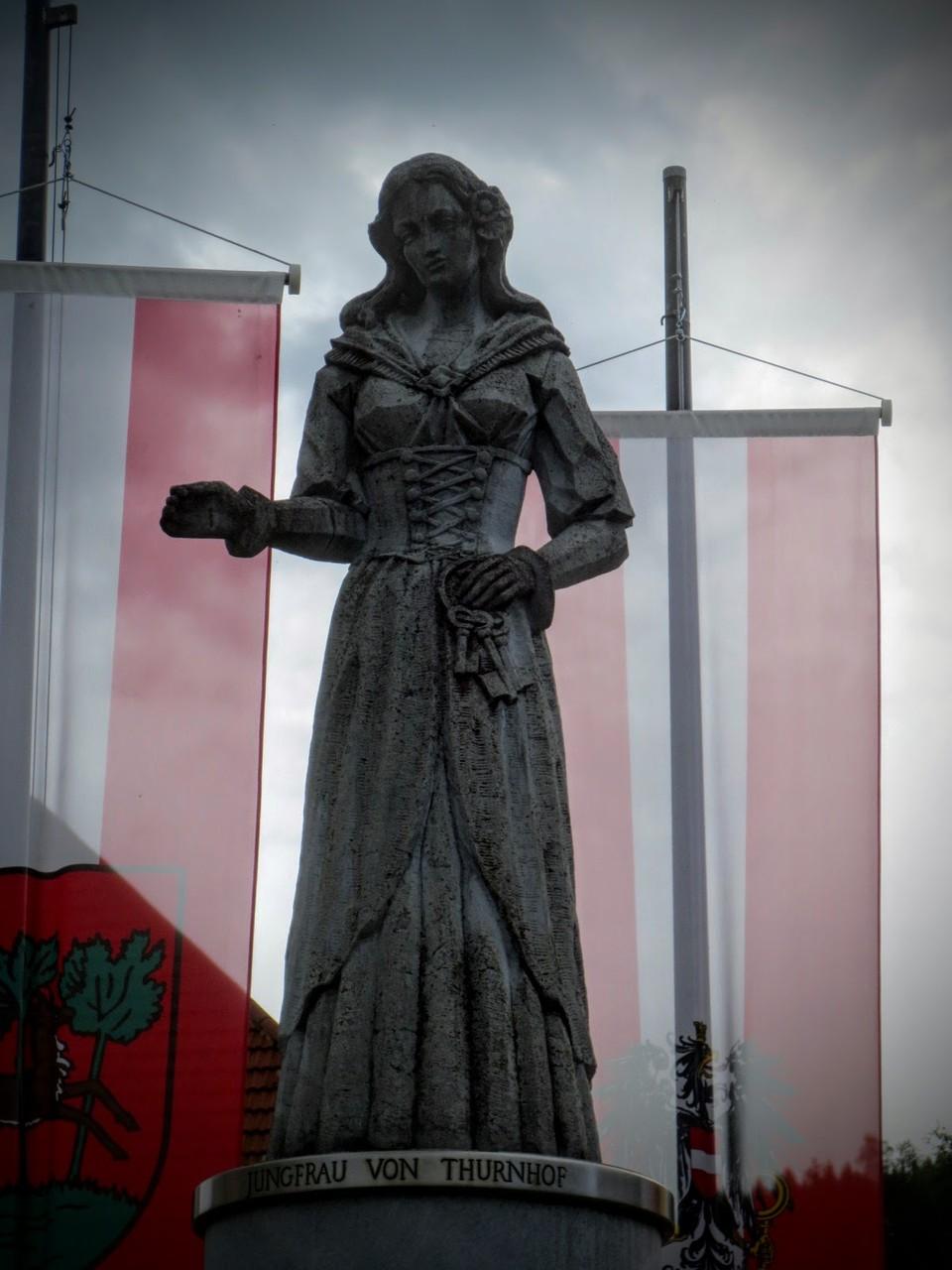 Steinerne Jungfrau am Hauptplatz von Weitensfeld im Gurktal