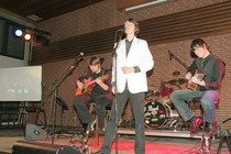 Christian Schmitz (l.), Thomas Preuth (r.) und Christoph Jansen ließen beim «Abend für John Lennon» in Geilenkirchen die Beatles-Jahre musikalisch Revue passieren. Foto: Georg Schmitz