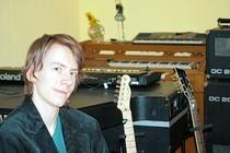 Christoph Jansen in seiner täglichen Umgebung: Der Musikraum des 24-Jährigen ist randvoll mit Instrumenten vom Schlagzeug bis zum Kontrabass sowie Wiedergabe-Elektronik. Foto: Hannah Nebeling