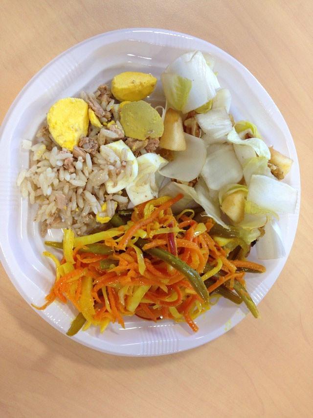 assiette composée lors d'un repas partagé avec : achard de légumes, salade d'endives, salade de riz