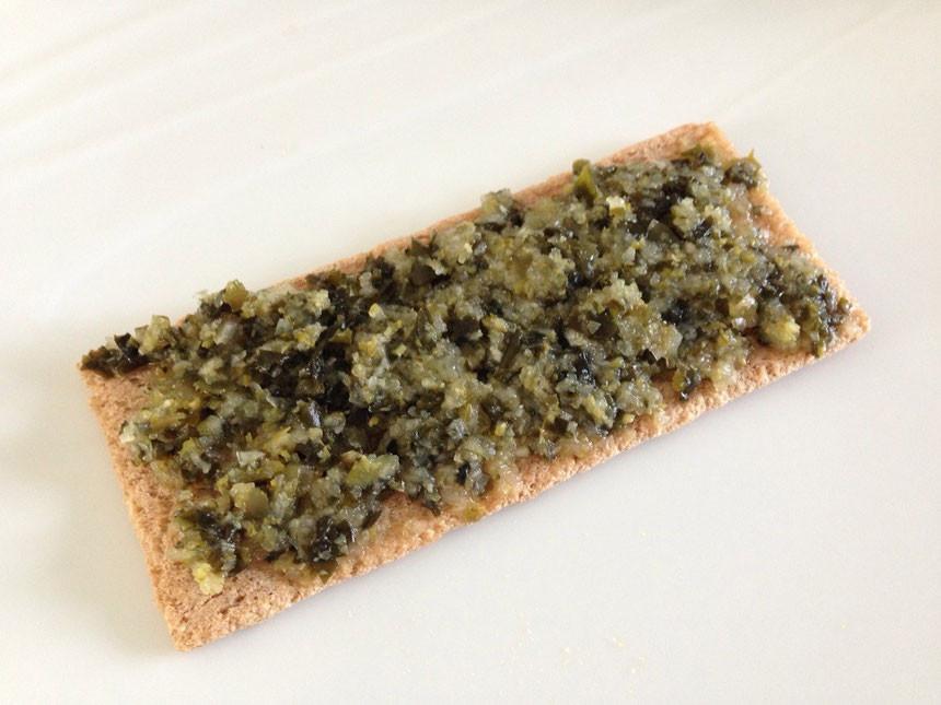 Tartare d'algues sur pain des fleurs sans gluten