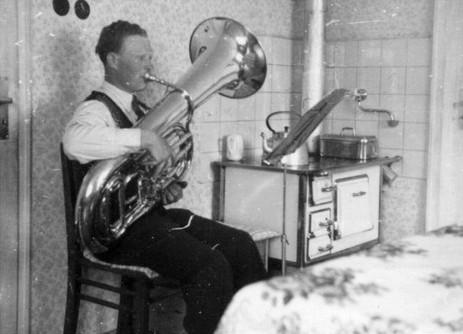Kurt Ehmer beim Üben zu Hause