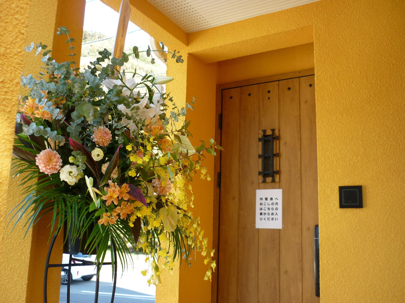 スタジオ入口(左側の扉です)