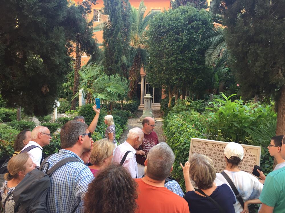 Auf dem deutschen Friedhof im Vatikan