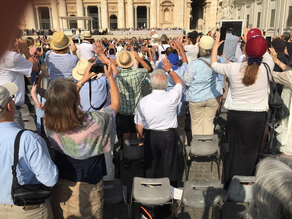 Papst Franziskus in der Menge