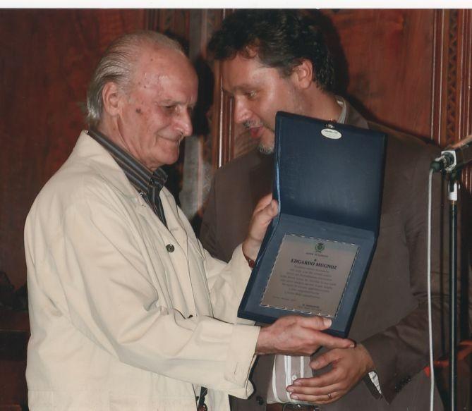 Il sindaco consegna una targa di riconoscimento a Edgardo per la sua intensa attività artistica